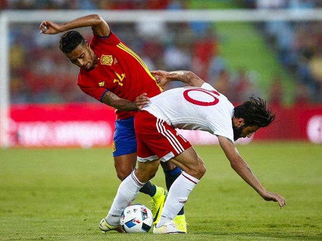Thiago Alcantara ze Španělska (vlevo) proti Gruzii.