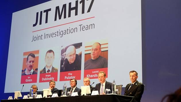 Vyšetřovatelé útoku na malajsijský Boeing 777 na lince MH17 představili v  nizozemském Nieuwegeinu jména údajných pachatelů