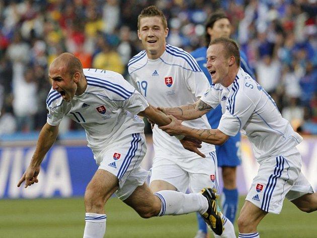 Slovenský kanonýr Róbert Vittek (vlevo) se raduje se spoluhráči Miroslav Stochem (vpravo) a Jurajem Kuckou z gólu proti Itálii.