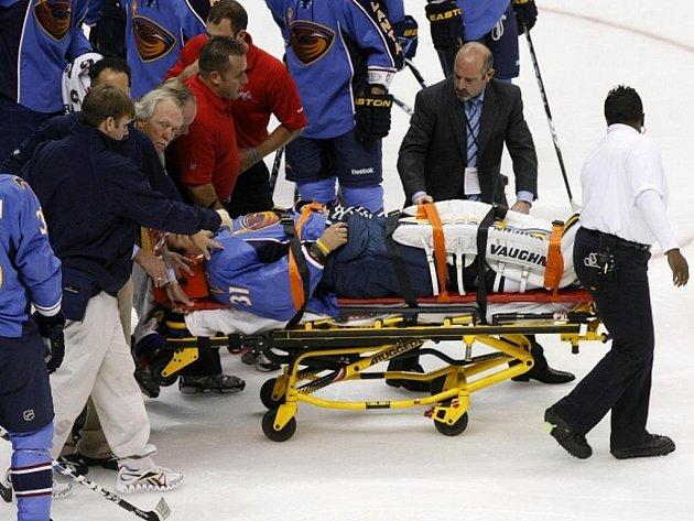 Český gólman Atlanty Ondřej Pavelec zkolaboval během zápasu NHL a musel být odvezen do nemocnice.