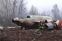 Ruské televize zveřejnily záběry rozlomeného letadla polského prezidenta a trosek rozesetých okolo. Podle vyšetřovatelů citovaných televizí lidé na palubě neměli šanci přežít.