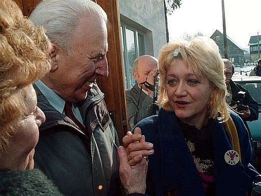 Jugoslávská letuška Vesna Vulovičová , která jako jediná přežila havárii jugoslávského letadla v lednu 1972 u Srbské Kamenice na Děčínsku, navštívila po v roce 1997 místo tragédie a položila u pomníčku obětem kytičku.