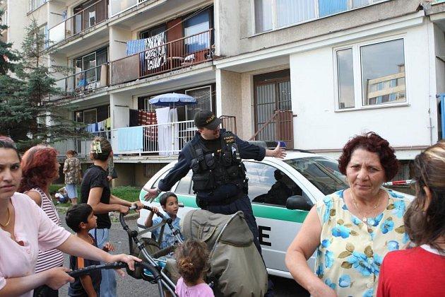 Pádem z okna a těžkým zraněním skončila rodinná hádka v jednom z panelových domů na sídlišti v Janově u Litvínova.