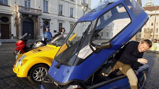 Řidič vystupuje ze svého elektromobilu. V Praze se konal dne druhý celorepublikový sraz elektromobilů v rámci veletrhu Autoshow.