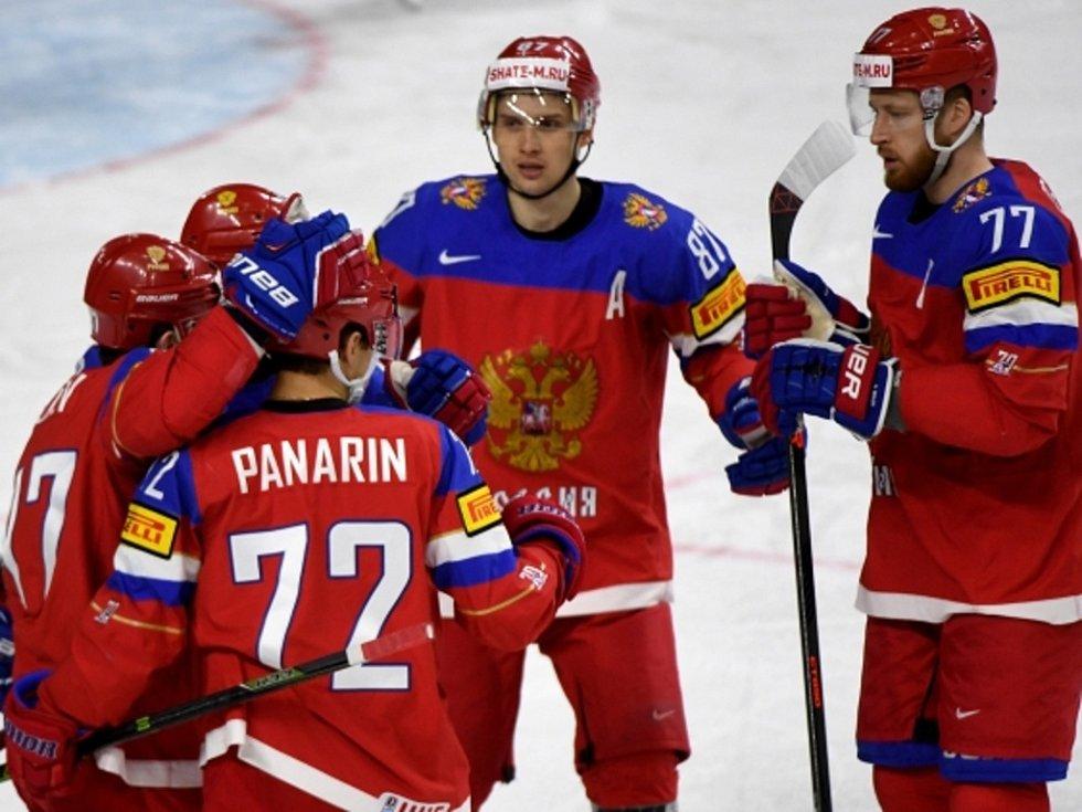 Hokejisté Ruska se radují z gólu proti Finsku.
