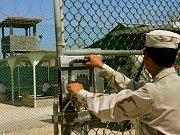 Záběr z videozáznamu výslechu na Guantánamu