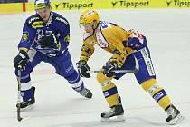 Pavel Kubiš (ve žlutém) se pokouší o střelbu v duelu s Brnem.