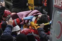 Záchranáři z trosek zřícené budovy v Istanbulu vyprostili pětiletou dívku