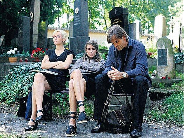 Režisér Dušan Klein dotočil ve středu na břevnovském hřbitově svůj film Hrobník, v němž hrají mj. Miroslav Etzler (vpravo)