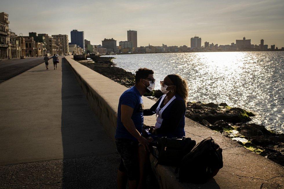Opatření kvůli koronaviru se nevyhnula ani ostrovním státům. Na snímku ulice Havany, hlavního města Kuby.