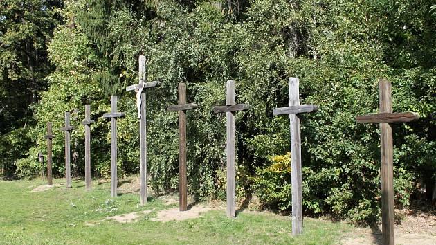 Podle legendy bylo všech devět mrtvých pochováno právě na místě, kde nyní stojí devět křížů.