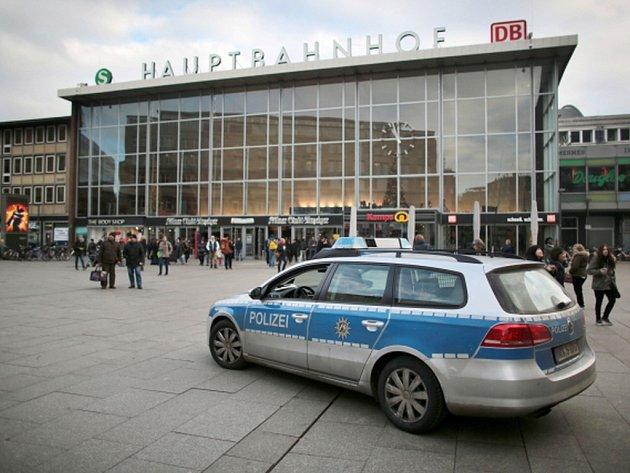 Policejní auto hlídkuje u hlavního vlakového nádraží v Kolíně nad Rýnem.