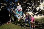 Neškola Vranovice. Děti z komunitní skupiny na výletě v parku u zámku Valtice.