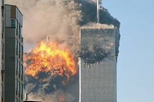 Náraz letadla do jižní věže Světového obchodního centra. Severní věž byla zasažená jako první