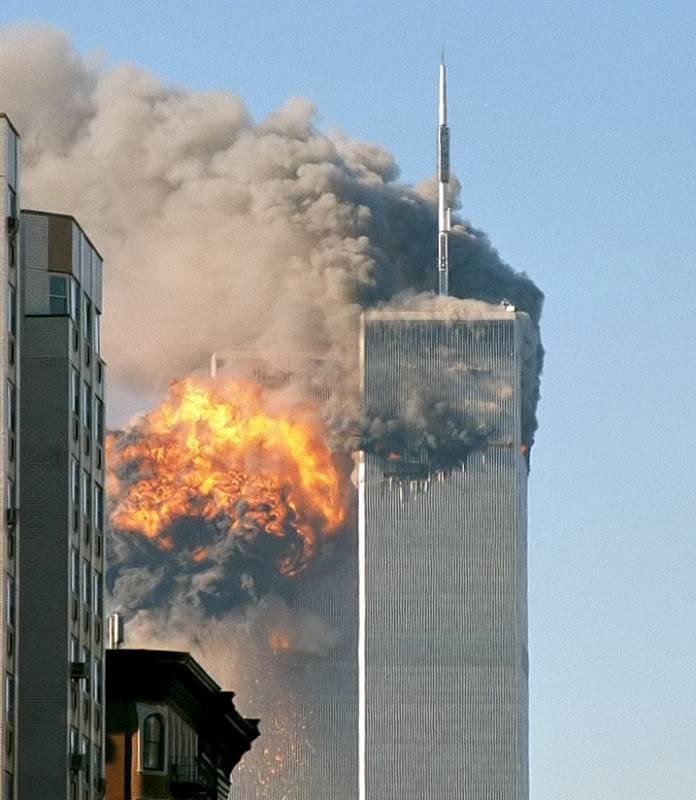 Náraz letadla do jižní věže Světového obchodního centra. Severní věž byla zasažená jako první.