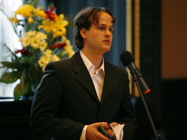 Literarní ceny Jiřiho Ortena letos ziskali Jonaš Hajek (na fotografii) za sbirku prac Suť a Petra Hůlova za Umělohmotny třipokoj.