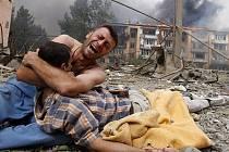 7.Gruzínský muž oplakává smrt svého příbuzného v Gori bombardovaném ruským letectvem.