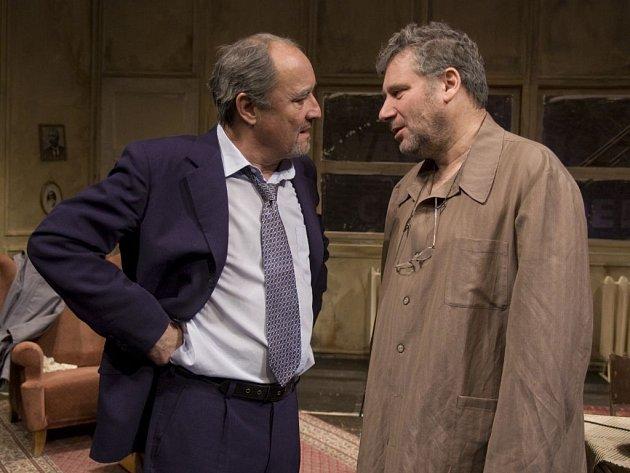 Světový evergreen, hru Vstupte!, od Neila Simona uvádí vinohradská scéna vhlavních rolích sTomášem Töpferem a Viktorem Preissem.
