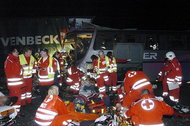 Šest lidí zahynulo při srážce německého autobusu a dvou nákladních vozů