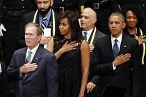 George Bush, Michelle Obamová a Barack Obama na pietním shromáždění za zabité policisty.
