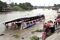 Nejméně 13 osob zahynulo při dnešní nehodě osobní lodě na řece Chao Phraya severně od Bangkoku.