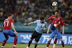 Čeští fotbalisté (v červeném) proti Uruguayi.