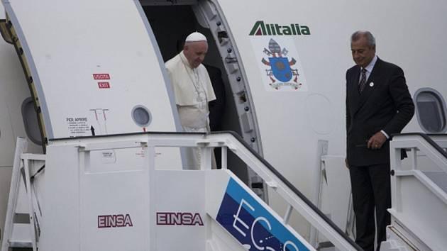 Papež je znám svou slabostí pro sladkosti a už na palubě letadla mířícího do Havany se novinářka americké televize Univision vytasila s krabicí argentinské pochoutky zvané empanada.