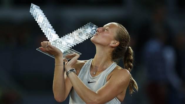Petra Kvitová s vítěznou trofejí. Prestižní turnaj v Madridu ovládla potřetí v kariéře.