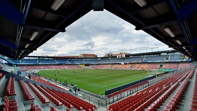 Fotbalový zápas bez diváků.