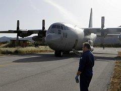 Do pátrání po zříceném stroji se dnes brzy ráno zapojila řecká letadla, která vzlétla z Kréty a prohledávají oblast vzdálenou necelých 400 kilometrů jižně od ostrova Karpathos a 200 kilometrů severně od egyptského pobřeží.