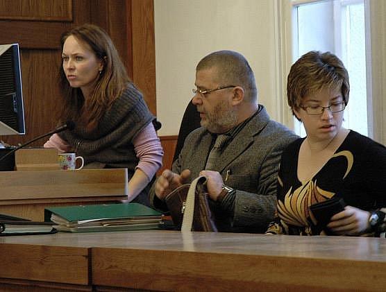 Na šest let do vězení poslal ve středu 6. 1. 2010 odvolací senát Vrchního soudu v Praze 30letou Lucii Rokošovou (na snímku společně s obhájcem Pavlem Kavinkem) z Prahy, která 23. 11. 2002 usmrtila své miminko.