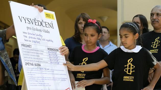 Účastníci performance připravené romskými i neromskými aktivisty, během které 31. srpna v Praze Amnesty International (AI) předala zástupcům ministerstva školství petici za ukončení etnické diskriminace v českém vzdělávacím systému.