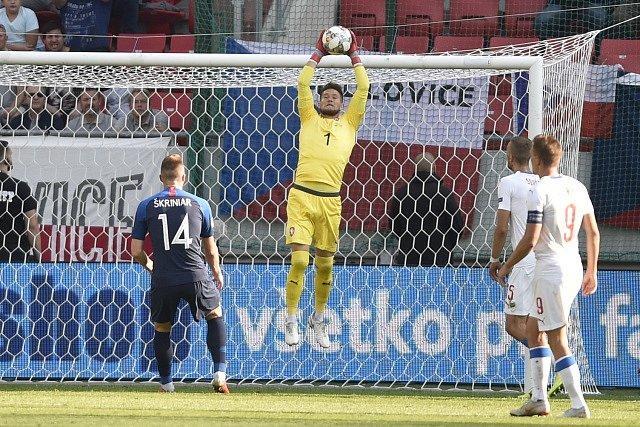 Tomáš Vaclík chytá! Proti brance se dívají Slovák Milan Škriniar a Češi Tomáš Souček a Bořek Dočkal.