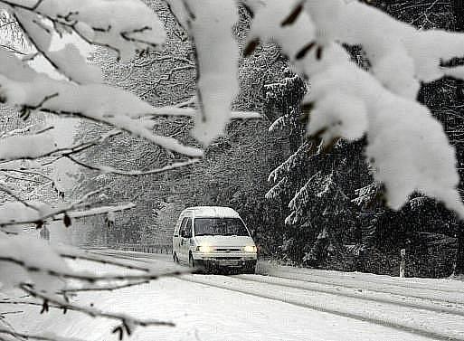Zima nadále vládne Evropě a komplikuje jejím obyvatelům život především při cestování. V Německu, v Rakousku, v Lucembursku a ve Francii v noci na čtvrtek opět hustě sněžilo. Skotsko hlásí údajně největší sněhovou nadílku za uplynulé půlstoletí.