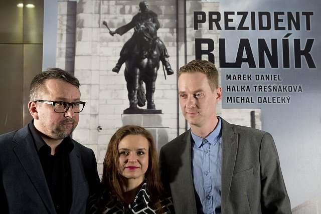 Zleva herci Marek Daniel, Halka Třešňáková a Michal Dalecký pózují pro fotografy po novinářské projekci filmu Prezident Blaník, 31. ledna 2018 v pražském kině Cinestar Anděl.