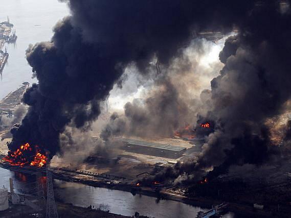 V jaderné elektrárně Fukušima 1 na severovýchodě Japonska, který byl nejvíce poškozen zemětřesením, se zřítila část budovy reaktoru.