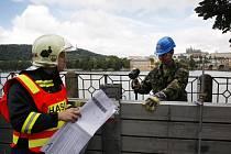 Na pravém břehu Vltavy v Praze se 11. srpna uskutečnilo protipovodňové cvičení, jehož cílem bylo vyzkoušet nácvik výstavby mobilní protipovodňové ochrany hlavního města a prověřit její neporušenost a schopnost zadržet povodeň.