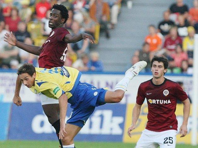 Sparťan Kamil Vacek (vpravo) přihlíží souboji svého spoluhráče Bony Wilfrieda s teplickou obranou.