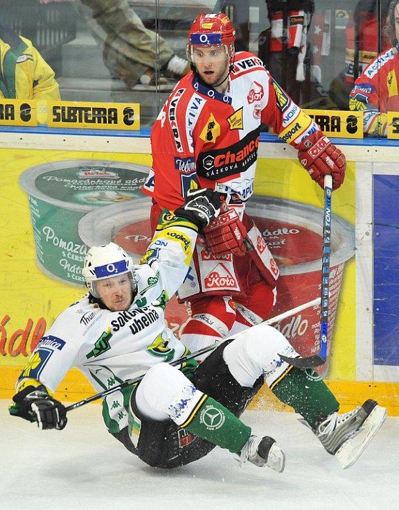 Jeden z mnoha osobních soubojů v prvním finále hokejové extraligy.