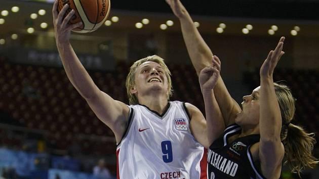 Hana Machova (vlevo) se snaží prosadit přes Australanku Susannah Batesovou.