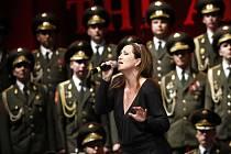 Zpěvačka Bára Basiková s Alexandrovci na zahajovacím koncertě turné v pražské Tipsport Areně.