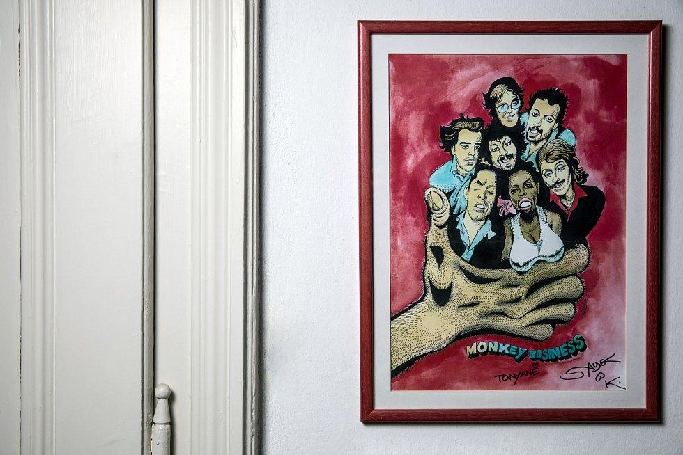 Tonya Graves si velmi cení obrazu, který ji dal Kája Saudek. Jde o vzpomínku na skupinu Monkey Business.