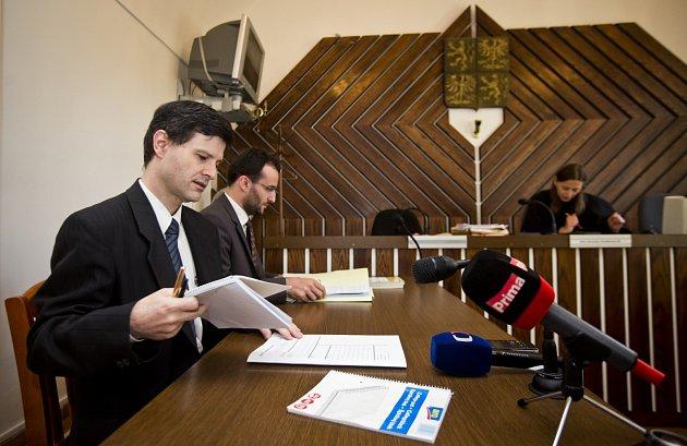 Pražský městský soud začal 25. srpna projednávat žalobu bývalého hradního právníka Pavla Hasenkopfa na prezidenta Miloše Zemana, kancléře Vratislava Mynáře a prezidentskou kancelář. Právníkovi vadí tvrzení Hradu, že je spoluautorem loňské amnestie.