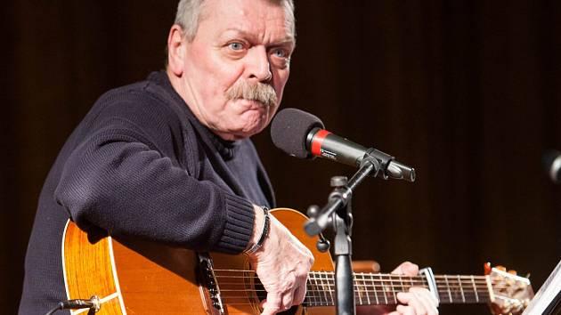 Folkový písničkář Miroslav Paleček.