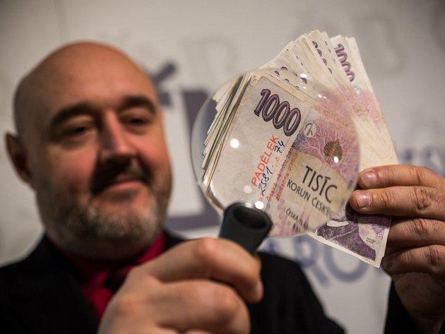 Česká národní banka uspořádala 16. března v Praze tiskovou konferenci k padělaným a pozměněným bankovkám a mincím zadrženým na území České republiky v roce 2014. Na snímku jsou padělané tisícikorunové bankovky.