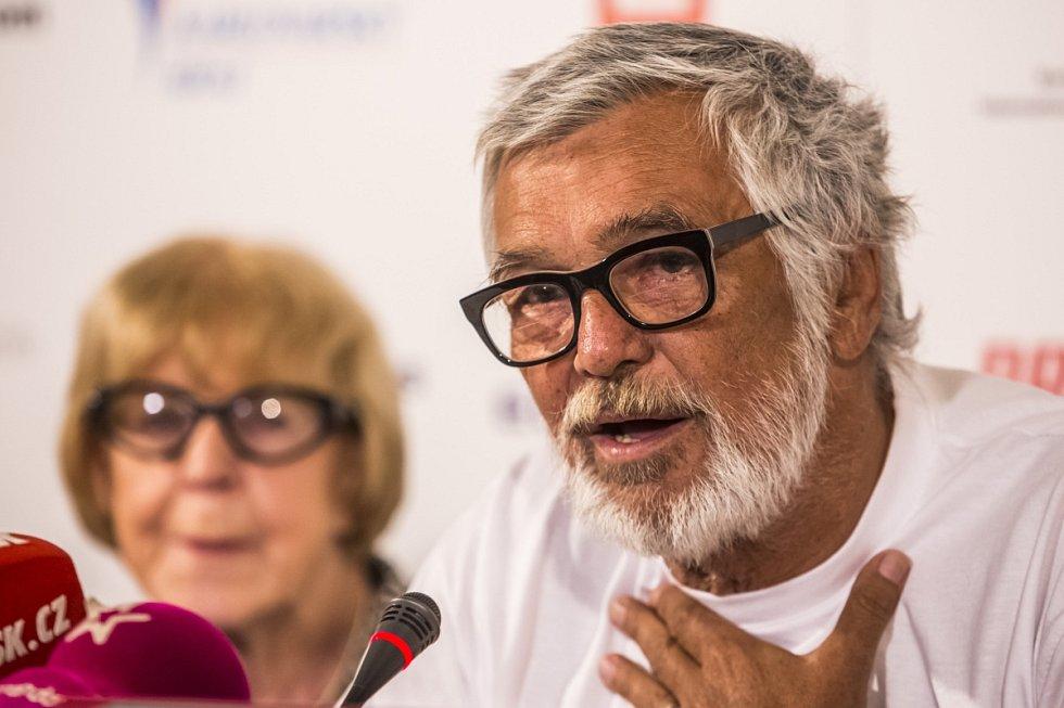 Prezident filmového festivalu Karlovy Vary Jiří Bartoška vystoupil 22. června na tiskové konferenci v Praze