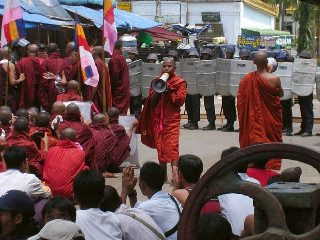 Snímek z loňského září ukazuje protestující mnichy v Rangúnu.