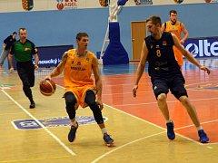 Basketbalisté Opavy (v modrém) proti Prostějovu.
