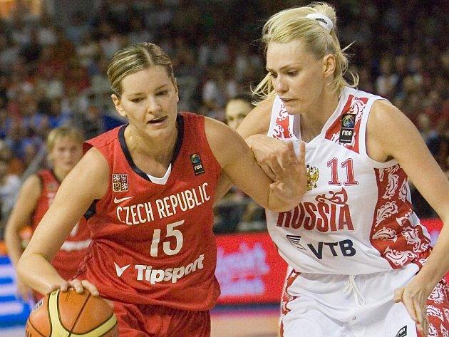 Eva Vítečková (vlevo) se snaží obejít ruskou hvězdu Mariu Stěpanovovou.