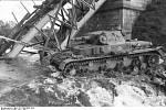 Německý Panzer IV 8. obrněné divize překračuje řeku u zničeného mostu během bojů v leningradském směru